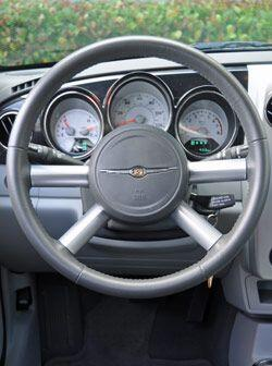 El volante es de piel y los indicadores están enmarcados con aros de cromo.