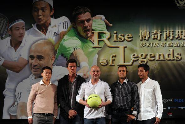 En la actualidad Andre Agassi sigue jugando en torneos de exhibición jun...
