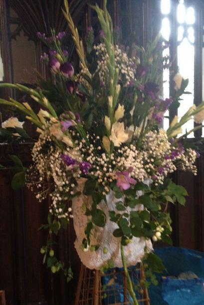 Todas las flores del evento se compraron en un puesto local por $245 dól...