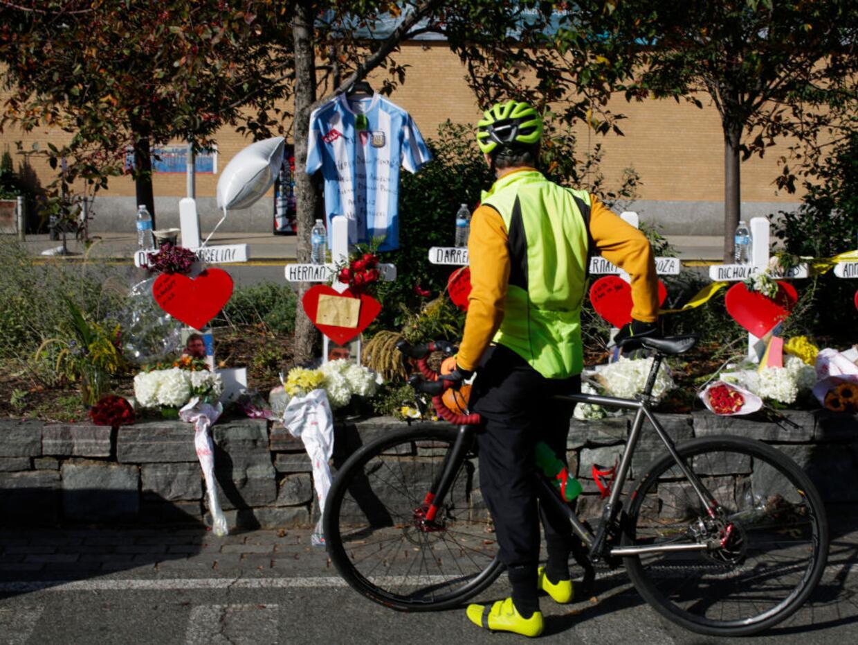 Un ciclista rinde tributo a las víctimas del ataque terrorista de este m...