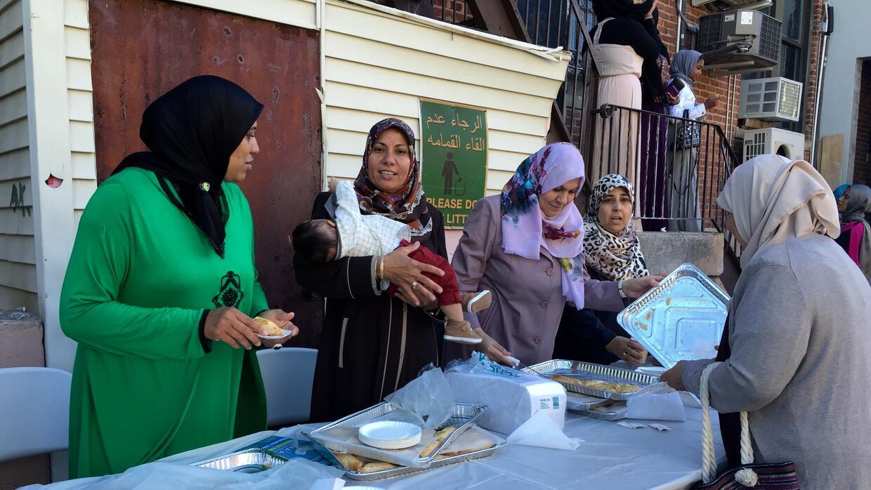 Las familias comparten alimentos tradicionales.