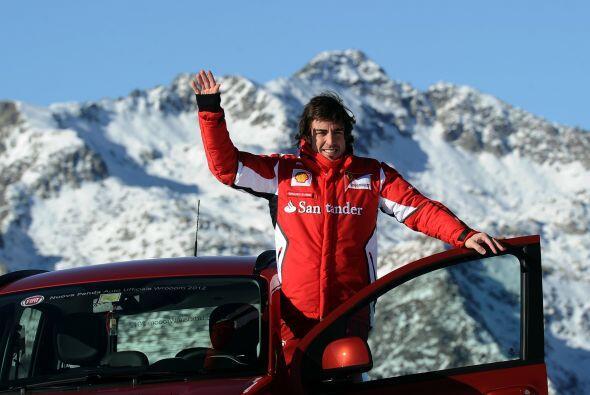 No se podía quedar atrás Alonso y también se tomó una foto con el auto.