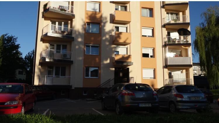 A este edificio de apartamentos se mudaron los padres de Melania luego d...