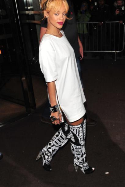 Al parecer a Rihanna le encantan los accesorios y toda clase de prendas...