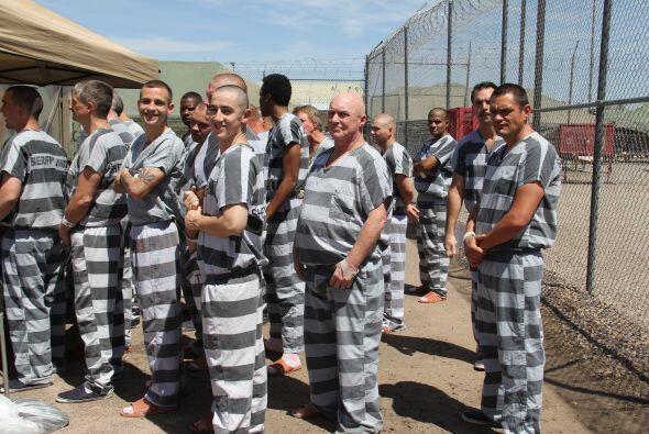 Bajo un intenso sol y temperaturas de 100 grados, unos 50 presos de la C...