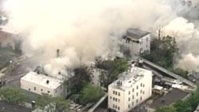 Impactante incendio en Newark arraso con siete edificios de la zona. 0b9...
