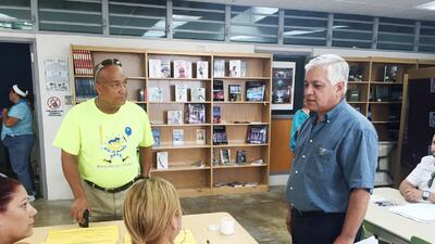 Edwin Mundo, comisionado electoral del PRPR, durante un recorrido por lo...