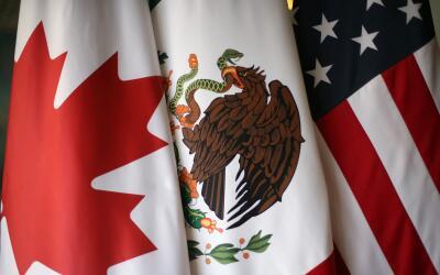 Imagen de las banderas de Canadá, México y Estados Unidos