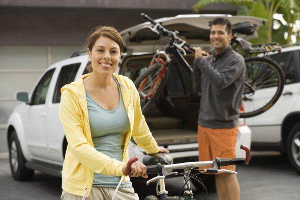 Camina o ve en bicicleta en lugar de conducir. Cuando tengas que ir a lu...