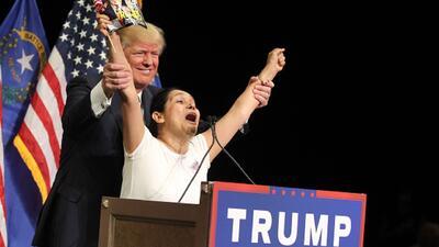 Colombiana sube a podio en Las Vegas con Trump y grita su apoyo al preca...