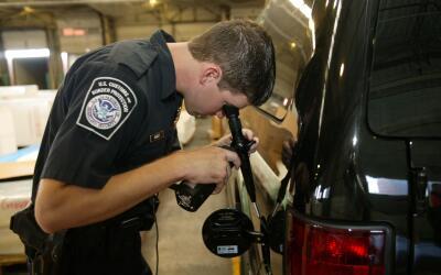 Un agente de la Oficina de Aduanas y Control Fronterizo (CBP) revisa el...