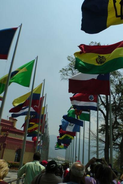 Un camino de banderas latinoamericanas conducen al interior del monumento.