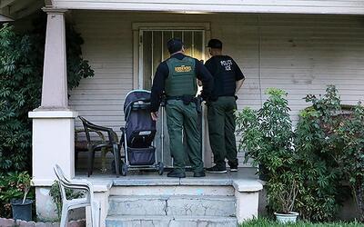 Agentes de ICE durante un operativo para detener a un indocumentado.