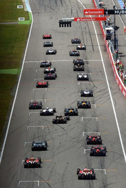 La carrera inició con el español Fernando Alonso a la cabeza del pelotón.