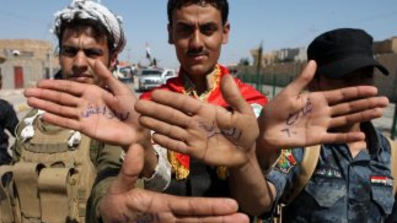 Policías iraquíes durante ua protesta de rechazo al grupo rebelde sunita...