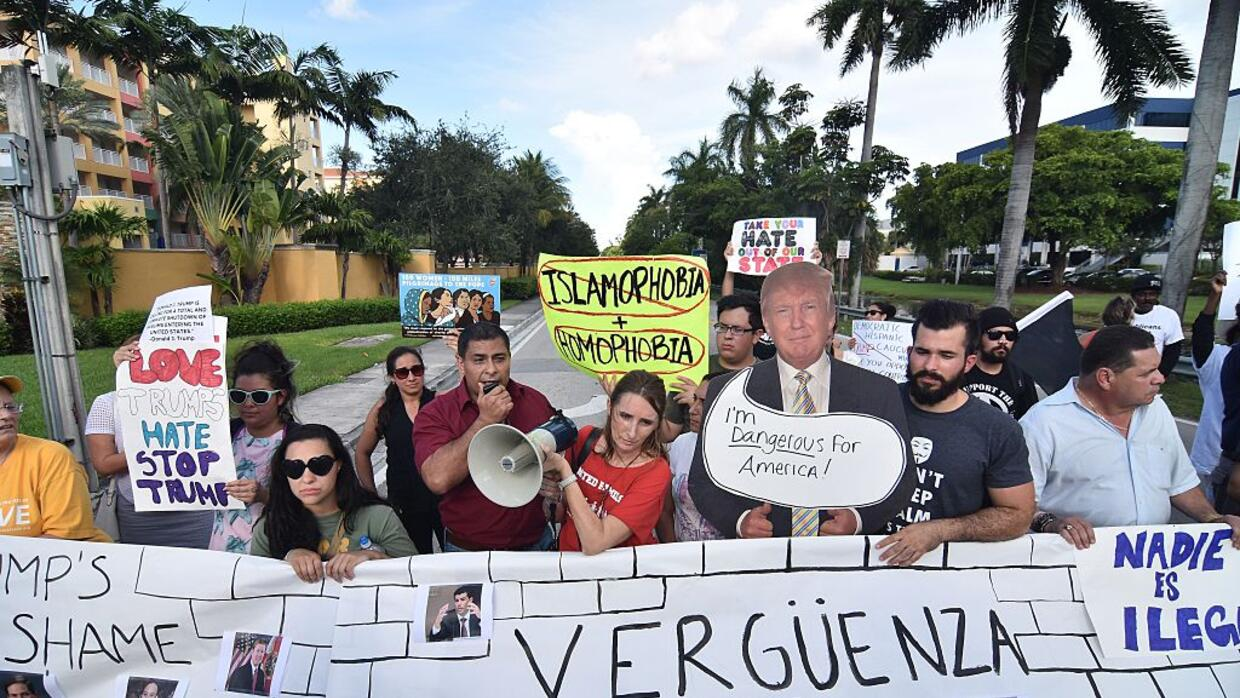 Activistas defensores de los indocumentados protestan contra Trump en Do...