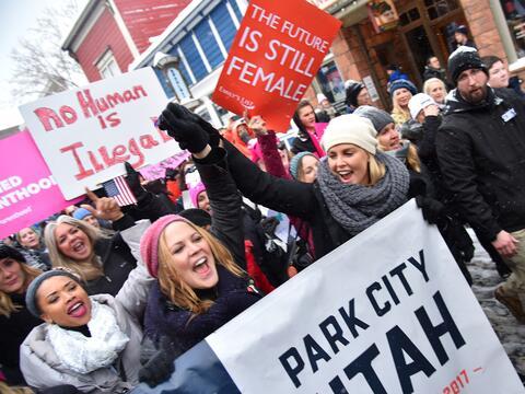 Charlize Theron se levantó en solidaridad en la marcha de Sundanc...