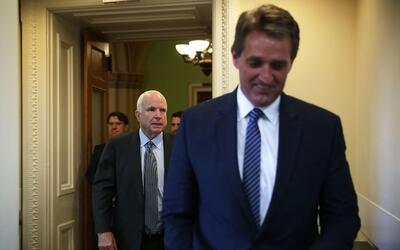 Los senadores por Arizona John McCain y Jeff Flake, han trabajado juntos...