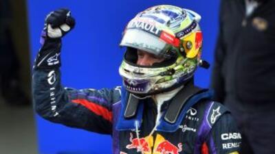 Un casco firmado del alemán Sebastian Vettel, cuatro veces campeón mundi...