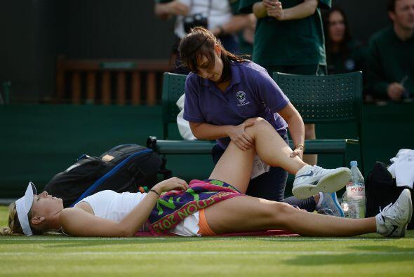 Sharapova tuvo que ser atendida en la pierna izquierda, primero en la pi...