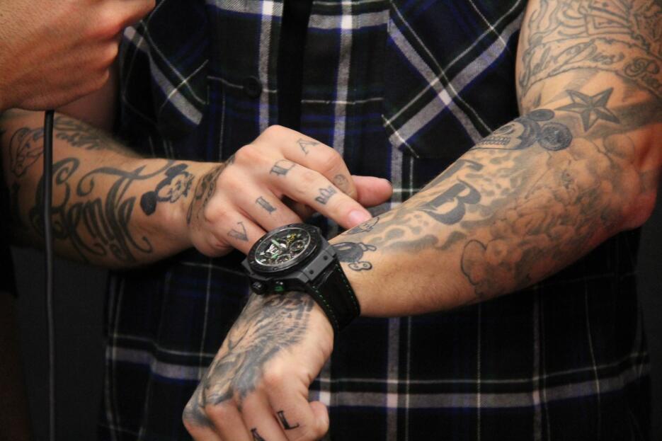 J Balvin nos enseña sus tatuajes IMG_5631.JPG