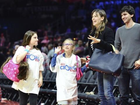 Jennifer llevó a su hija Violet a ver un partido de basket.