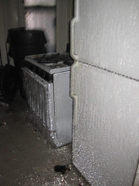 Por las filtraciones, el agua se hizo hielo sobre la nevera y la estufa.