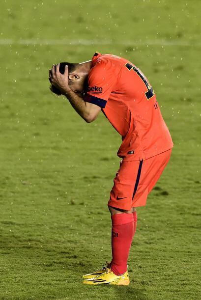 Messi tomó el balón para cobrar la pena máxima, y falló el tiro al madar...
