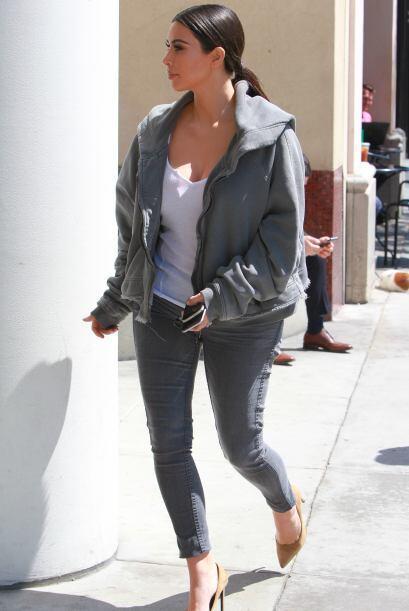 Kim Kardashian usando la ropa de Kanye