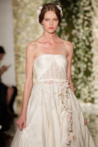Y complementa los bordados o aplicaciones del vestido.