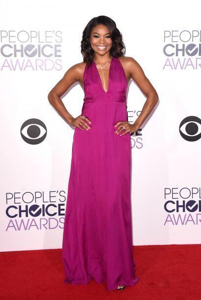 Gabrielle Union se decantó por un vestido con corte 'halter' en color fu...