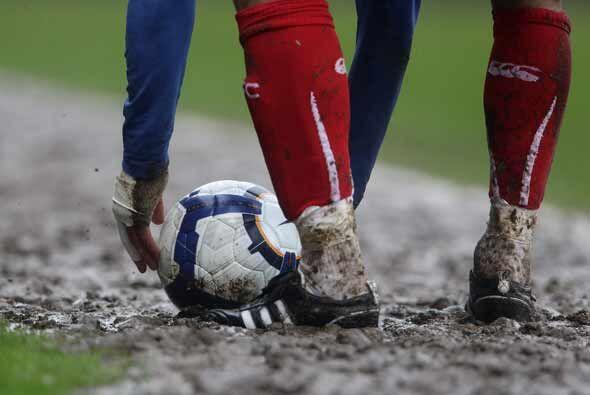 Hubo mucha lluvia y barro en los campos ingleses, como éste del partido...