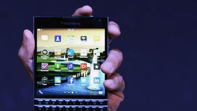 Blackberry pretende mantenerse vigente con su teléfono Passport.