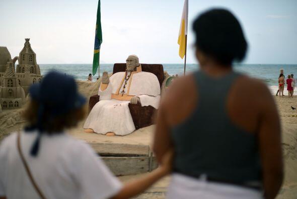 La llegada del pontífice llevó a un escultor de arena a cubrir con vesti...