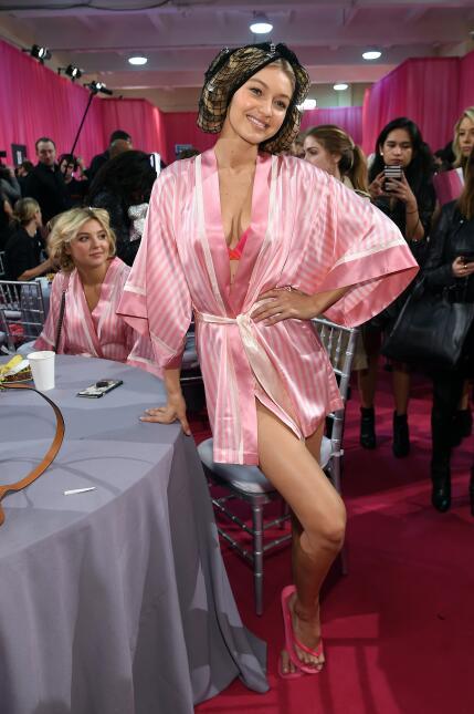 Mira a Gigi Hadid alistándose en backstage para su debut en el desfile.
