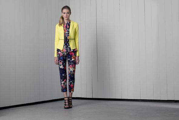4. Blusa azul marino floreada de Merona $19.99Chaqueta amarillo neón de...