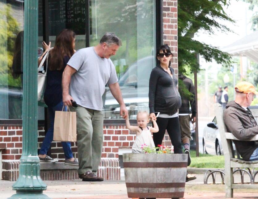 Alec Baldwin no deja a su hija