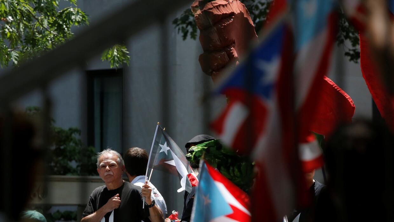 En fotos: La batiseñal brilla en Los Ángeles en homenaje al actor Adam W...