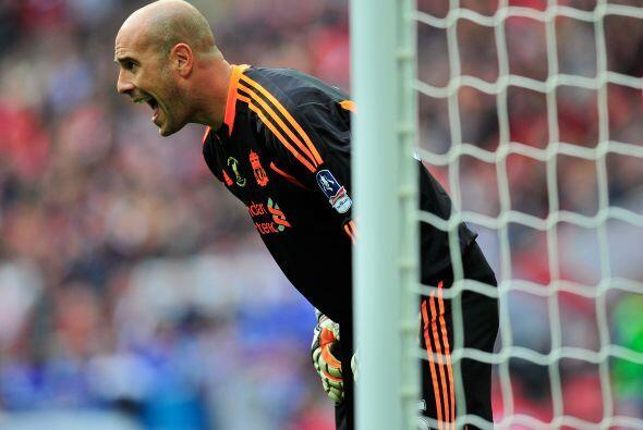 'Pepe' Reina sufría los errores defensivos de los 'Reds'.