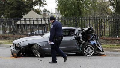 Un oficial del Departamento de Policía de Baltimore camina frente a un F...