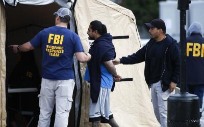 Agentes federales dirigen a uno de los 21 líderes de la pandilla...