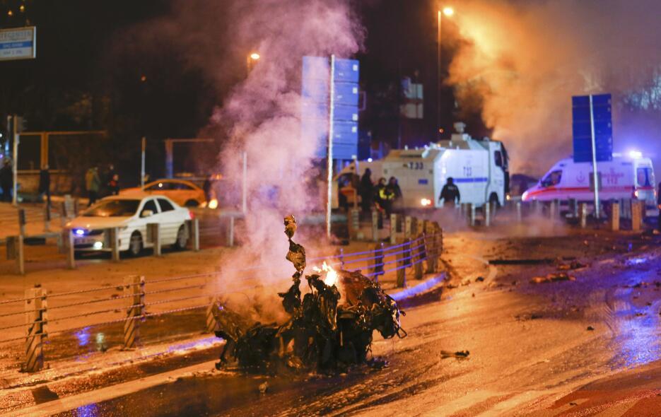 Imágenes de los daños generados por un coche bomba en Estambul 2016-12-1...