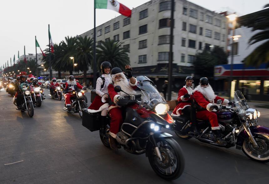En Ciudad de México, un grupo de moteros también se disfrazó de Papa Noe...