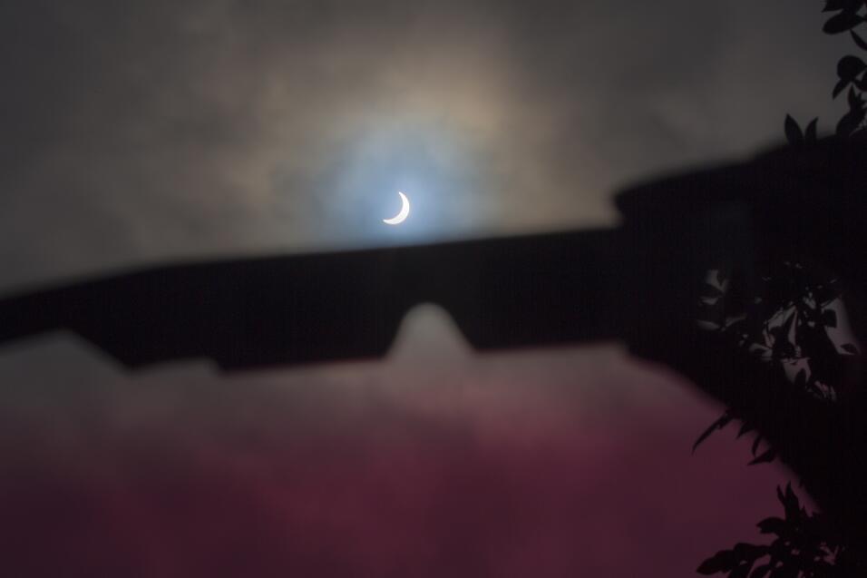 El eclipse parcial desde una nublada California