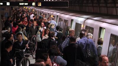 El sistema de transporte público BART mueve a pasajeros en el área de la...