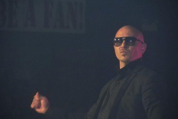 Pitbull llegó a seducir al público son sus canciones.