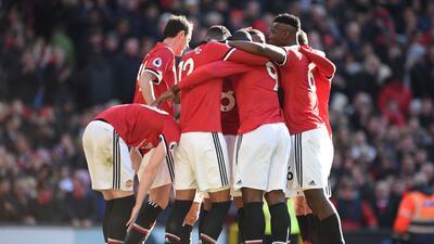 Manchester United defiende su 'fortaleza' con un 2-1 ante el Chelsea