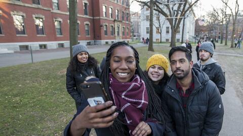 De los estudiantes entrantes este año en Harvard, 50.8% son de mi...