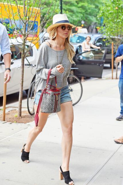 Jennifer Lawrence en shortcitos. ¡Qué piernas!