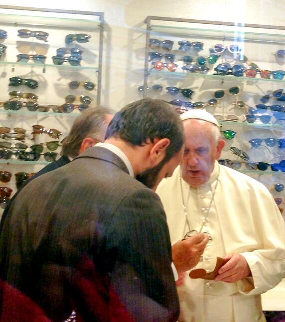 El Papa sorpresivamente se va de 'shopping' en Roma por unos nuevos ante...